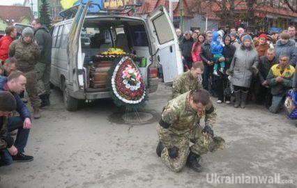 Перевізник з Івано-Франківська взяв на себе місію повертати тіла солдат з моргів Донбасу http://ukrainianwall.com/blogosfera/pereviznik-z-ivano-frankivska-vzyav-na-sebe-misiyu-povertati-tila-soldat-z-morgiv-donbasu/  Арсен Мартинюк з Івано-Франківська чи не щотижня уже впродовж двох років їздить на Донбас у тамтешні морги, на передову чи в окупований Донецьк. Робить це, аби повернути додому тіла загиблих