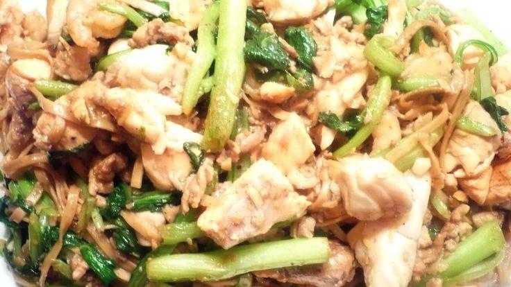 Chinese Mie gewokt met ChoiSam, Zalm, Zeebaars, Garnalen en gehakte kippendijvlees met Chan's Oestersaus... Het was weer geslaagd en smaakte overheerlijk!! Smakelijke groet, Tammy Wong - Koken Met Specerijen