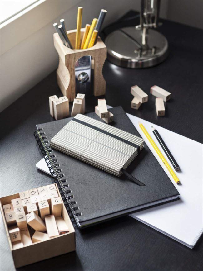 Vid skrivbordet framför fönstret finns det plats för både avancerat legobygge, läxor och dator. Pennhållare, Bolina. Skrivbord, Ikea.