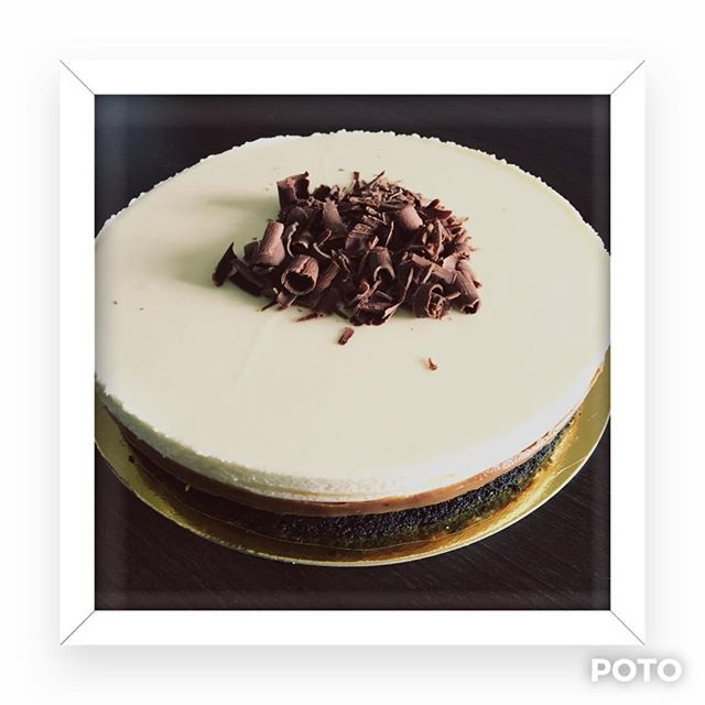 Mi torta Bomba!! Base de Chocolate, DDL y Relleno de Trufa de Chocolate Blanco. Decorada con Virutas de Chocolate Negro. #dolceperlepasteleria