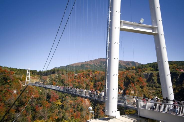 九重夢大吊橋。橋の上からは、九酔渓、鳴子川渓谷など雄大な景色が満喫できます。