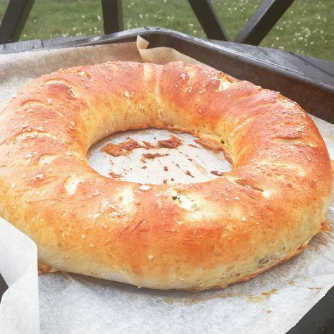 Denne brødkransen kan du fylle med mye godt. Jeg serverte denne til grillmat så da fylte jeg den med litt gode urter og skinke. Du kan også fylle den med ost, oliven eller andre ting som du l…