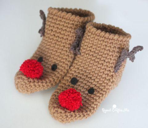 Comfy crochet slipper socks for the holidays!! Simple embellishments create a cu…