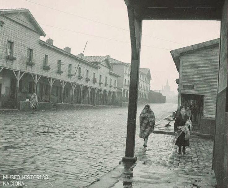 Es Invierno en la ciudad minera de Lota Alto, en la lejana década del 30; unas cuantas mujeres caminan por entre las adoquinadas calles, mientras se cubren con frazadas - See more at: http://laciudadelosmineros.blogspot.com/2014/10/mujeres-y-ninos-de-la-revolucion.html#sthash.UO8TP7a7.dpuf