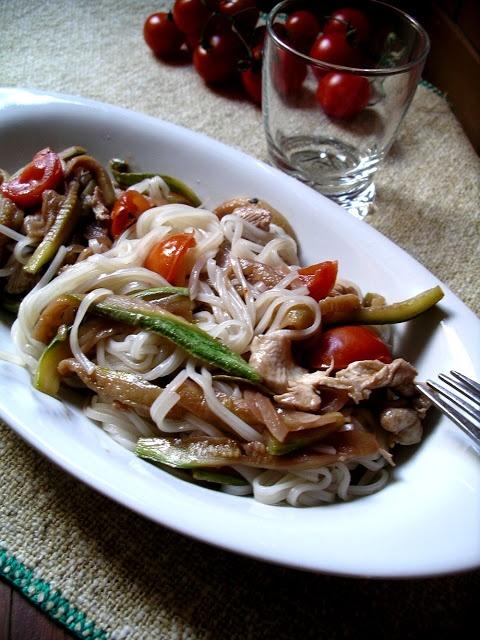 La cucina leggera, ma non troppo!: Vermicelli di riso pollo zucchine e pomodorini