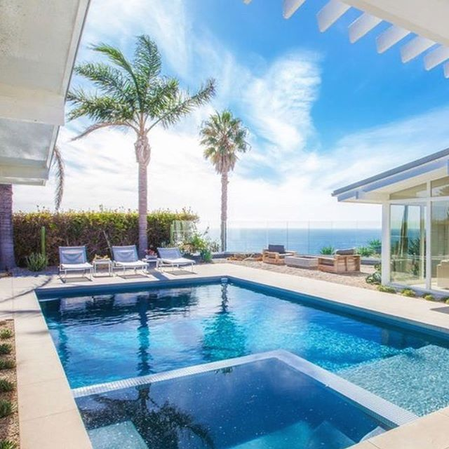 Paying homage to the 1950's Palm Springs mid century this weeks #Malibu Monday spotlight was the only choice 🙌🏾. Stylistically it's great the blends understated elegance of contemporary beach living with a seamless indoor outdoor flow. The kitchen features Gaggenau appliances, expansive white caesarstone center island, terrazzo floors and huge glass sliders opening to the #pool area. Living room has captivating whitewater #views, fireplace, opening to private patio with built in sofa. The…