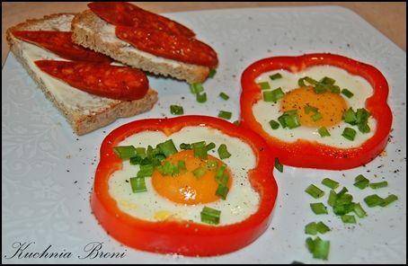 Jajka sadzone w obręczach z papryki