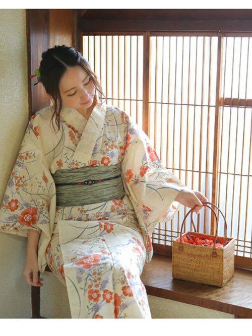 """Japanese Yukata. Summer kimono. 夏になれば浴衣の季節。花火大会に彼とのデート、友達と納涼船。いろんなシーンで着る機会がありますよね。何となく着て、楽しんで、帰る。せっかくの浴衣がそれじゃもったいない!せっかくなら""""浴衣美人""""に着こなしましょう。"""