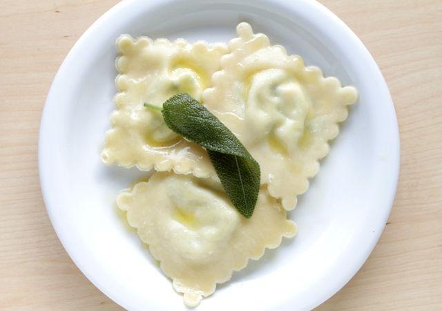 zelfgemaakte ravioli met ricotta, kruiden en salieboter, home made #ravioli with ricotta, fresh herbs and sage butter