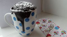 Recept: snelle Nutella-cake - 4 el zelfrijzend bakmeel - 4,5 el suiker - 1 ei - 3,5 el Nutella - 3 el melk - 3 el olijfolie - 3 el cacaopoeder  1. Doe alle ingrediënten in n grote beker die i/d magnetron kan. 2. Roer alles goed door elkaar, zorg ook dat je alles op de bodem goed mengt. Zodra je een lekker smeuïg chocoladepapje hebt, is het klaar voor de magnetron. 3. Stop de beker met het chocomengsel in de magnetron – op de hoogste stand voor ongeveer 2,5 minuut.
