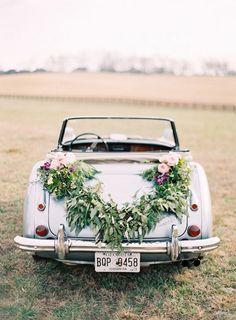 Décoration florale pour une voiture de mariés / Voiture fleurie mariage // Plus sur http://www.yesidomariage.com/deco/la-tendance-sera-au-marsala-pour-2015/