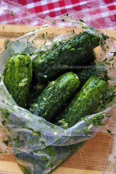 Buzdolabında 8 saat bekleyen Turşu artık yemeye hazır olmuş. Salatalık suyunu salmış ve rengini almış.