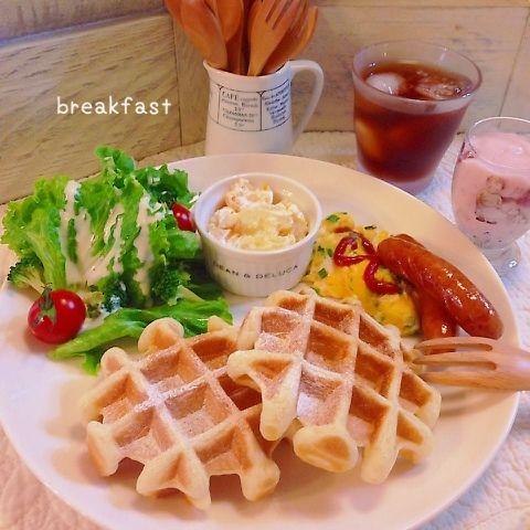今日の朝ごはんは、ピタントニオで焼いたワッフルのワンプレート(*^^*) 生野菜、スクランブルエッグ、ウインナー、フルーツサラダ、ヨーグルト、アイスティーを添えて♡