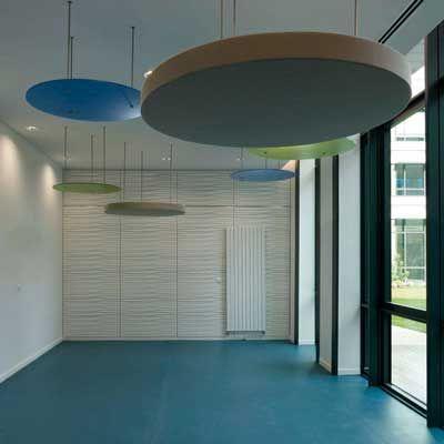 Runde Schallabsorber mit runden Plexiplatten kombiniert verbessern die Raumakustik auch in Schulen