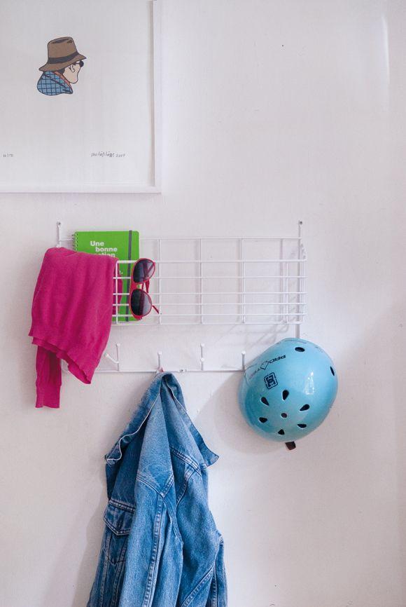 Mitten Shelf är en praktisk förvaringshylla med både krokar och korg.Tillverkad…