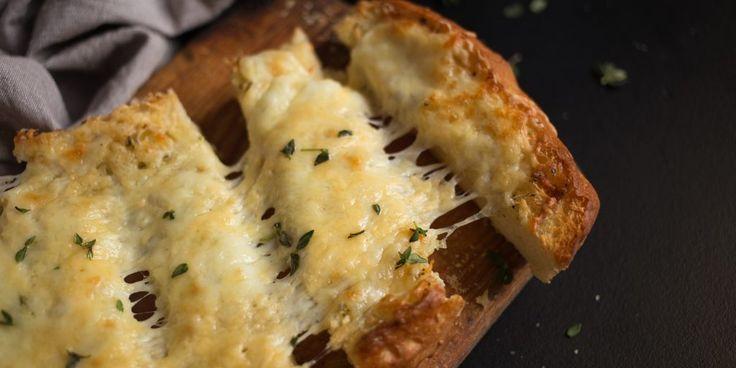 Вкусные гренки с тремя видами сыра, чесночным маслом и ароматными травами станут полноценной закуской к бокалу пива или вина или дополнением к тарелке супа и другим основным блюдам.