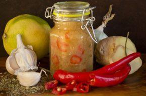 Тайский соус чили с луком и имбирём  Соус чили с луком и имбирём обычно не используют как самостоятельное блюдо. Этот соус является концентрированной добавкой к горячим соусам, в нём можно замариновать сырое мясо или рыбу. Сочетание имбиря, чеснока, чили и лимона, классическая основа, которую добавляют во многие блюда тайской кухни.