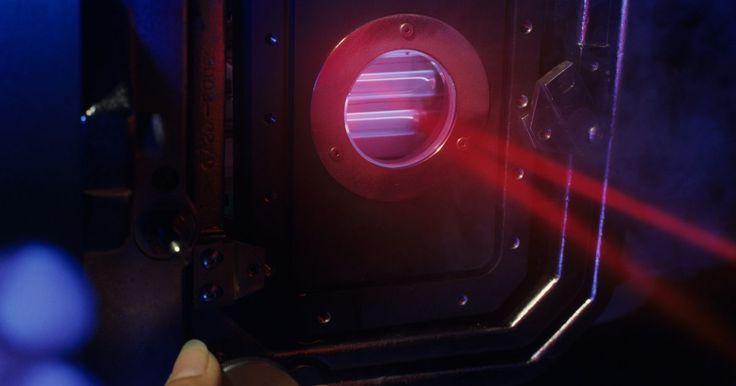 ¿Cómo funcionan los proyectores holográficos?. Los proyectores holográficos usan hologramas en lugar de imágenes gráficas para producir imágenes proyectadas. Ellos proyectan una luz especial de color blanco o luz de láser sobre los hologramas o a través de estos. La luz proyectada produce imágenes brillantes de dos o tres dimensiones. Mientras la plena luz del día te permite ver algunos ...