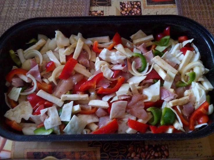 Zvířátkový den- falešná živaňská pečeně. Kuřecí prsa na větší kostky,libovější anglická,celer na hranolky,cibule na větší kusi,papriky na větší kusy.Do hrnku si rozmíchat lžíci pln.hořčice,2 lžíce sojovky,lžíci oleje,3 lžíce vody a koření na gyros.Vše pak pořádně promíchat a vyklopit na pekáč,ten zaklopit a péct cca 20 min. na 250°C potom odklopit a dopéct na 200°C.