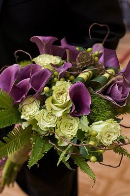 Boeket met calla, groene roos ,hypericum en scabiosa .