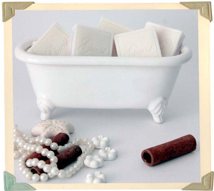 Banheira de porcelana. Mais uma delicadeza das #lessavons.