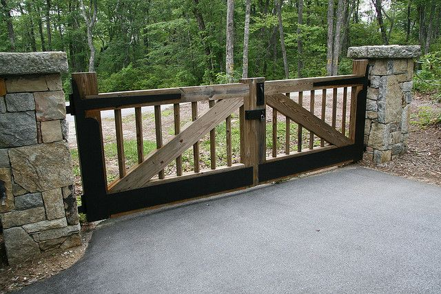 Wooden driveway gate ideas woodworking projects plans for Wood driveway gate plans