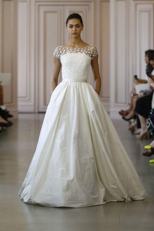 La première collection de robes de mariée printemps-été 2016 de Peter Copping en tant que directeur artistique de la maison Oscar de la Renta http://www.vogue.fr/mariage/tendances/diaporama/peter-copping-signe-sa-premire-collection-de-robes-de-marie-chez-oscar-de-la-renta/20165/carrousel#5