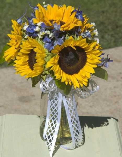 sunflower centerpiece idea  @Joyce Lauffer this makes me think of you!