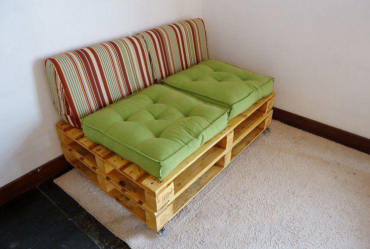 Sof de pallet reciclado envernizado para 2 lugares com - Sofa de pallet ...