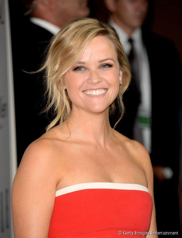 """Os fios levemente ondulados, como Reese Witherspoon usou para evento da revista """"Elle"""", dão impressão de mais volume aos fios presos"""