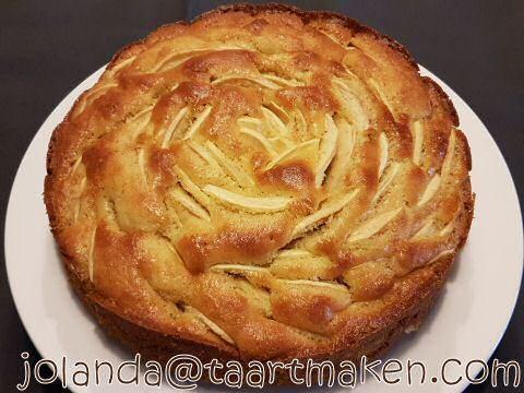 Zonder twijfel, het makkelijkste en BESTE appelcake recept dat je ooit zal uitproberen. Gemaakt met verse appels in hemels lekker geheim cakebeslag... SMULLEN!