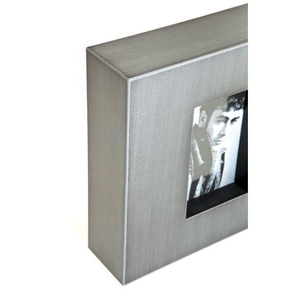 Κορνίζα Industrial Look Square Grey Μεταλλική κορνίζα με απλές, λιτές γραμμές. Μπορεί να τοποθετηθεί επάνω σε ένα ράφι ή να κρεμαστεί στον τοίχο σε οριζόντια ή κάθετη θέση.