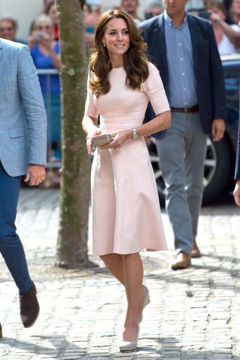 La duchessa di Cambridge indossa un abito rosa chiaro di Lela Rose con una clutch e zeppe beige durante la visita in Cornovaglia.