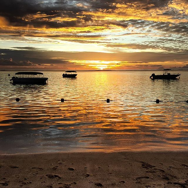 Sunset in Flic-en-Flac #mauritius #beach #sunset #haisitu #vacation  www.haisitu.ro