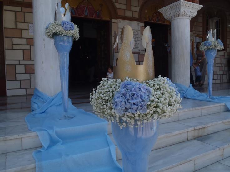 Στολισμός αυλής εκκλησίας για βάπτιση αγοριού με κεντρικό θέμα το στέμμα του πρίγκιπα, το οποίο τοποθετήσαμε πάνω σε Plexi glass ανθοστήλες και στεφανάκια λουλουδιών από ορτανσία και γυψόφυλλο.