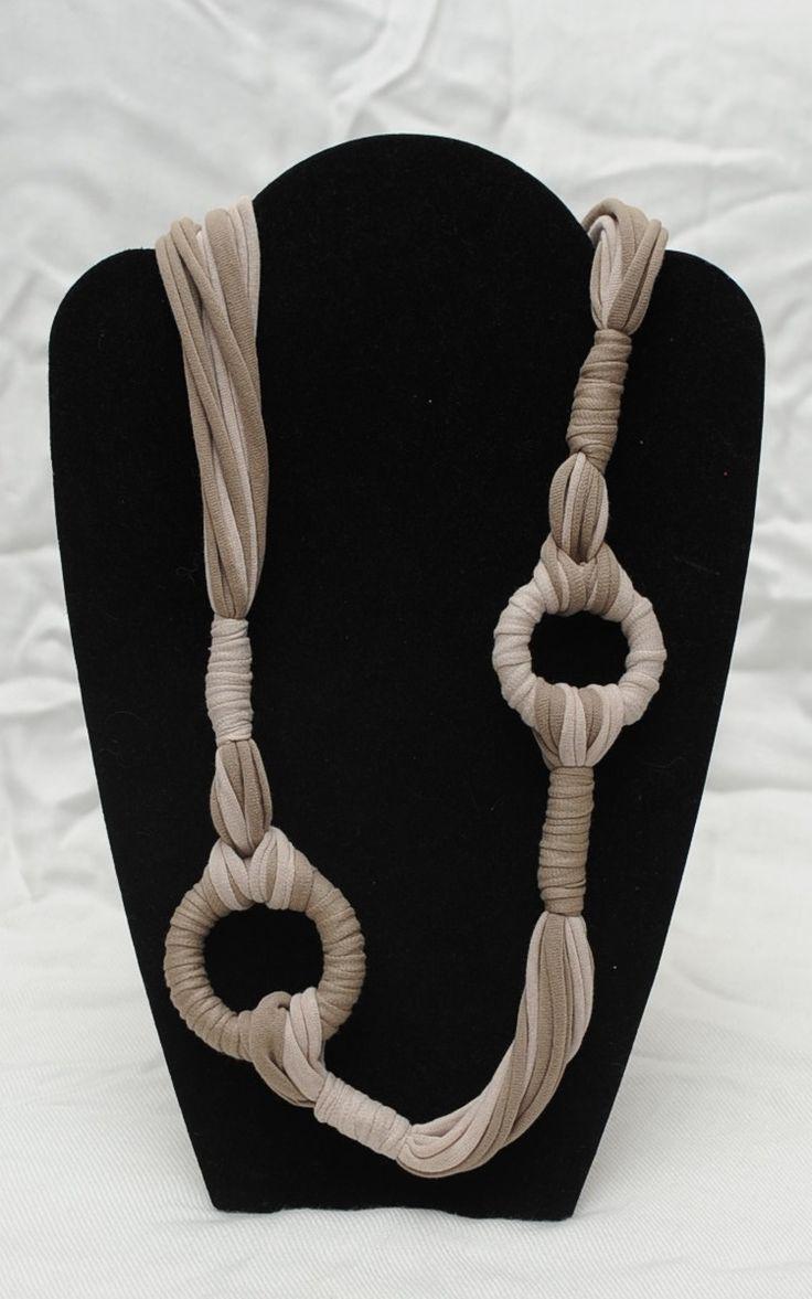 Collier artisanal en jersey beige et taupe avec anneaux unique et doux