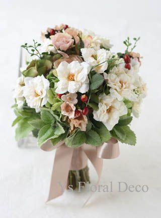 白とベージュのクラッチブーケ  アーティフィシャルフラワー  ys floral deco