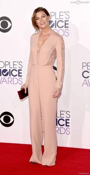 Ellen Pompeo também usou um macacão no People's Choice Awards, em janeiro de 2015. O modelito tem detalhe rendado nas mangas e também em parte do decote