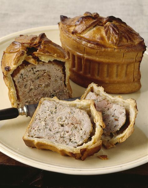 Recette Pâté aux oeufs :  1. Pour la pâte brisée, mettre la farine dans une terrine, creuser une fontaine en son milieu et couper le beurre en petits morc...