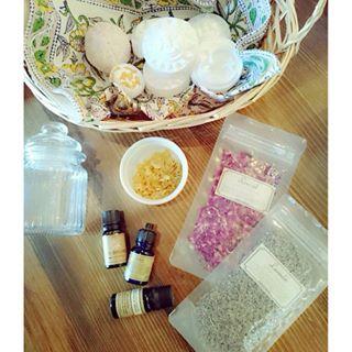 Instagram 写真撮影viefleuge - からのバスソルト&バスボム作り  #バスソルト#バスボム#handmade#アロマ#精油#rose#lavender#lemon