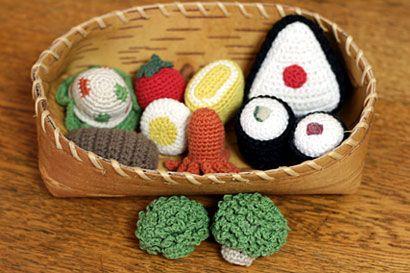 お子さまのおままごとセットを手作りしてみませんか?毛糸で作るので、小さなお子さまにも安心してお使い頂けます。今回は初心者の方でも気軽に挑戦できるかぎ針編みで作るおままごとセットをご紹介します。