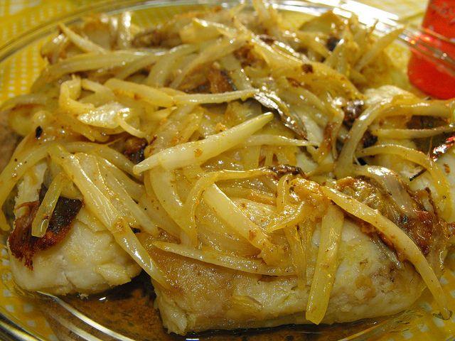 2 embalagens de medalhões de pescada (800g) 6 dentes de alho 1 cebola média 4 folhas de louro ½ chávena de leite Sumo de ½ limão Sal e...