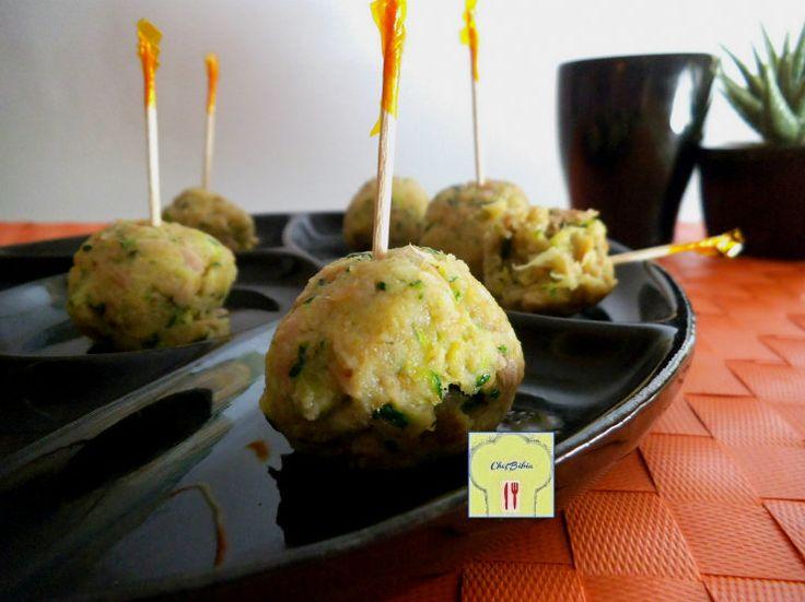 Le polpette di tonno e zucchine cotte al vapore di questa ricetta non contengono uova e rimangono leggere e deliziose!!!
