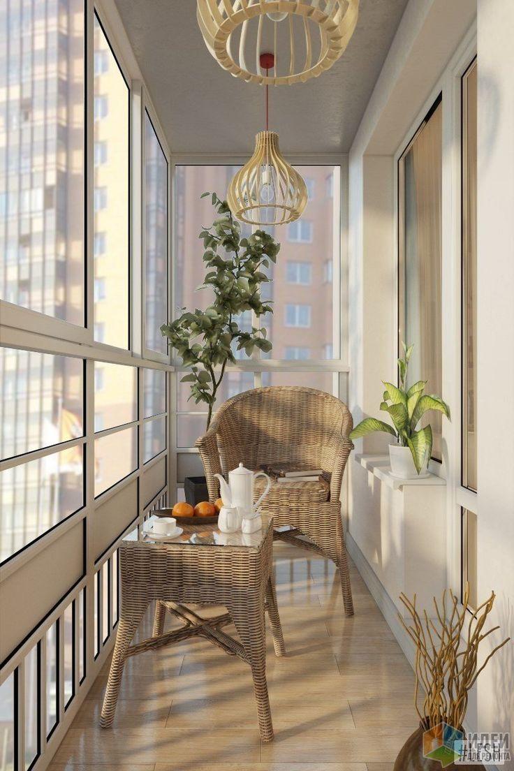 Балкон с панорамными окнами решили утеплить и поставить сюда плетеные кресло и кофейный столик из ротанга. Здесь будет уютно встречать рассвет за чашечкой кофе, или наслаждаться видами закатного солнца.