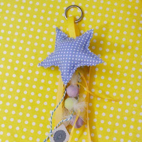 Είσαι το αστέρι μου! Χαριτωμένουφασμάτινο αστέρι μπρελόκ σε γαλάζιο πουά μοτίβο. Μια όμορφη ιδέα για μπομπονιέρα βάπτισης! Επιλέξτε το αστέρι σκέτο και στολίστε το με κορδέλες και κουφέτα της επιλογής σας ή διαλέξτε το αστέρι έτοιμο δεμένο με κορδέλες και 3 κουφέτα Choco Crispy Χατζηγιαννάκη.