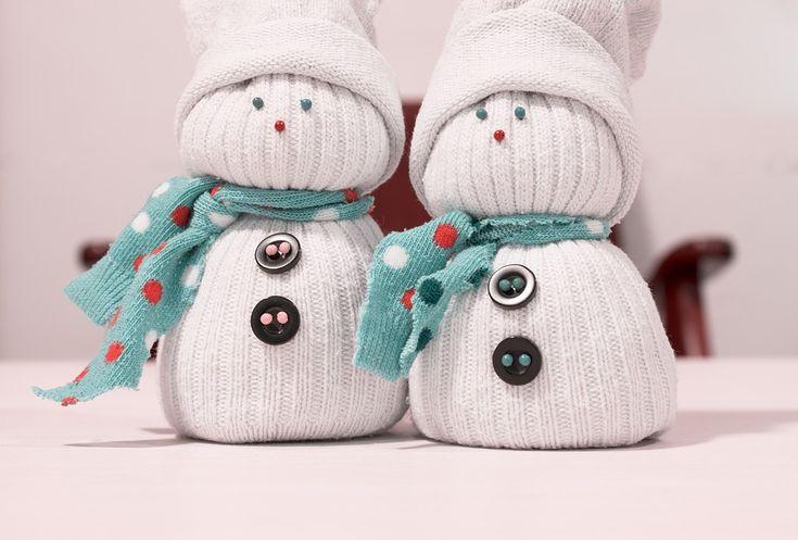 Adorables bonhommes de neige avec des chaussettes. Très faciles à faire !