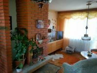 Ponúkame na predaj dvojpodlažný RODINNÝ DOM v Prešove v časti ŠIDLOVEC. Dom s obytnou plochou 150 m2 sa nachádza na mierne svahovitom pozemku o rozlohe 463 m2. Prvé nadzemné podlažie pozostáva z kuchyne, komory, obývacej izby s kozubom a z kúpeľne so sprchovacím kútom. Na druhom nadzemnom podlaží sa nachádzajú tri izby s loggiami, toaleta a kúpeľňa s vaňou.