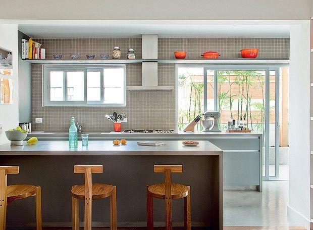 7 MOTIVOS PARA AMAR SUA COZINHA PEQUENA - A cozinha do projeto da SAO Arquitetura ganhou uma prateleira alta para guardar objetos