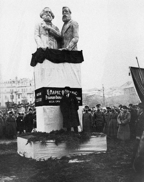 MARX y ENGELS. El 7 de noviembre de 1918, primer aniversario de la Revolución de Octubre,  Lenin inauguró en la recién rebautizada plaza de la Revolución (antigua Voskresenskaya) el monumento de S. Mezentsev dedicado a Karl Marx y Friedrich Engels. La obra formaba parte del Plan de Propaganda Monumental que el propio Lenin había impulsado ese año. Un plan que pretendía suprimir los símbolos zaristas del pasado a la vez que rendía homenaje a los referentes históricos de la causa soviética.