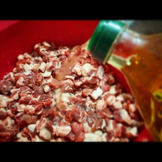 Çiğ etleri elma sirkesinde bekleterek bakterilerini öldürürken diğer yandan dostlarımız için besin değerelerini korumuş oluyoruz